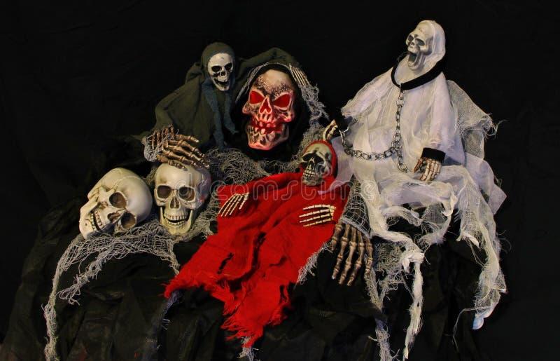 Plusieurs squelettes et crânes ensemble image stock
