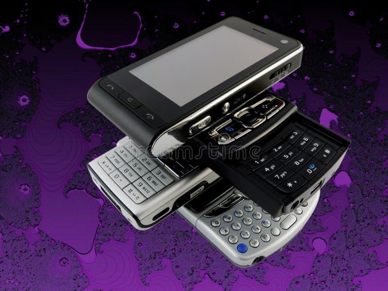 Plusieurs téléphones portables modernes sur le pourpre illustration libre de droits