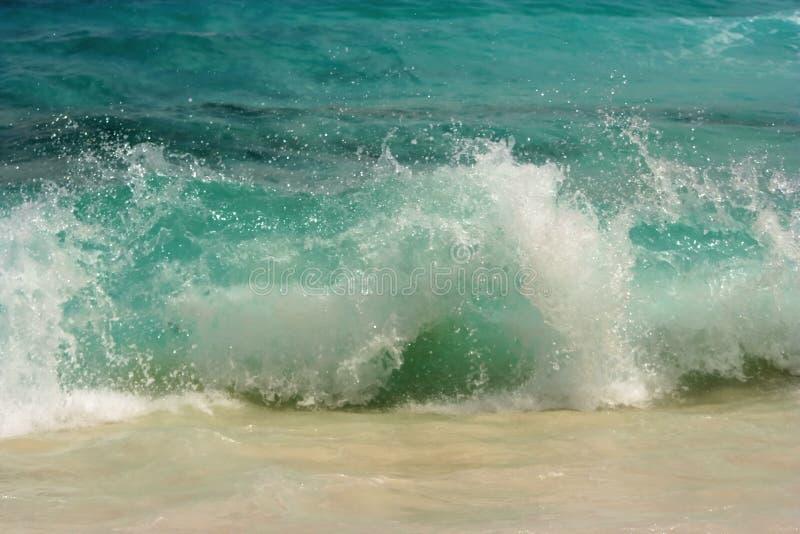 plusk surfowania zniszczyć fale zdjęcia stock
