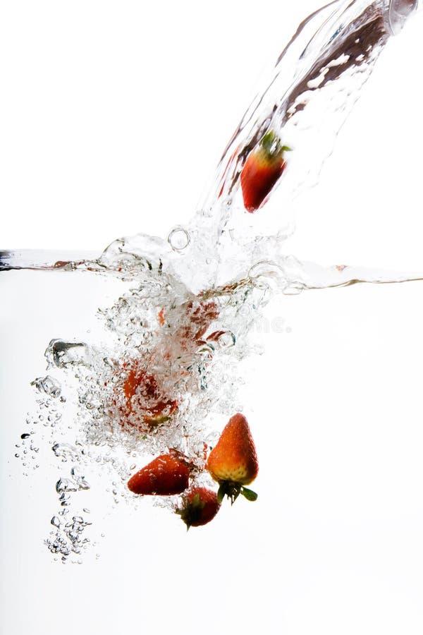 plusk truskawki wody zdjęcia stock