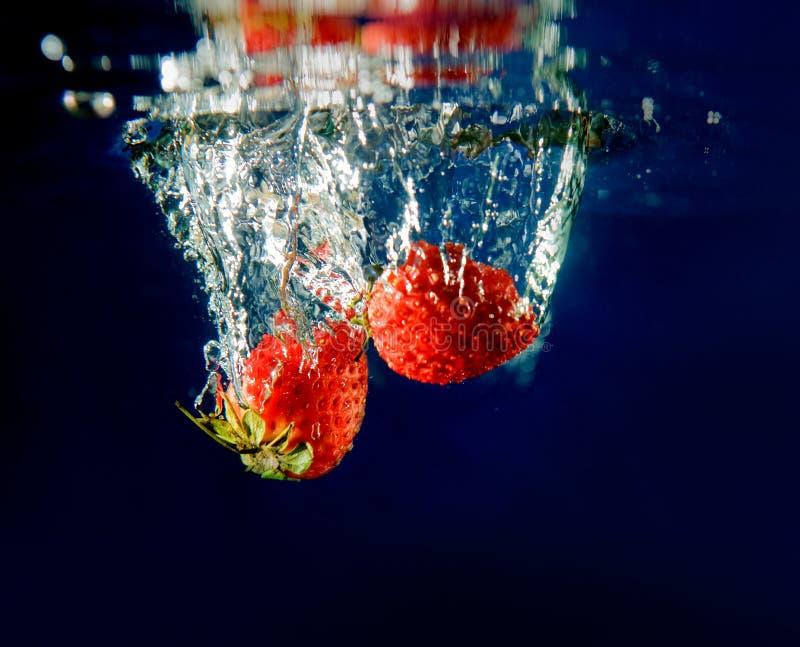 plusk truskawki wody obrazy stock