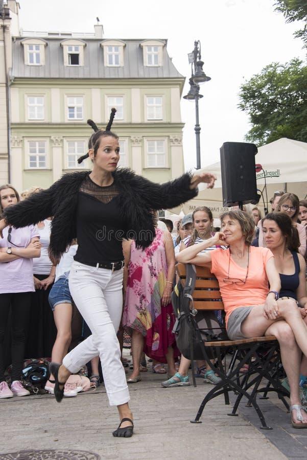 Pluskwy n «brzęczenie, 32nd Uliczny festiwal Theatre, Krakow, Polska, Lipiec 2019 obraz stock
