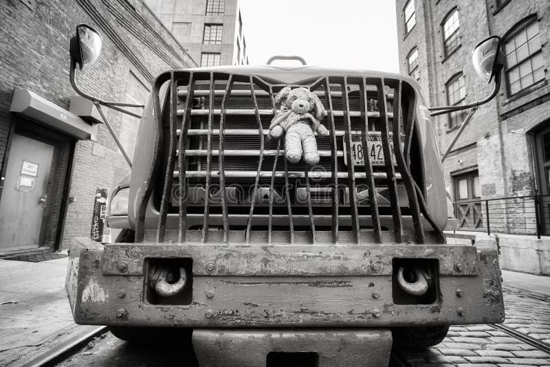 Pluszowa maskotka przymocowywająca ciężarowy zderzak parkujący na ulicie w Brooklyn Dumbo obraz royalty free