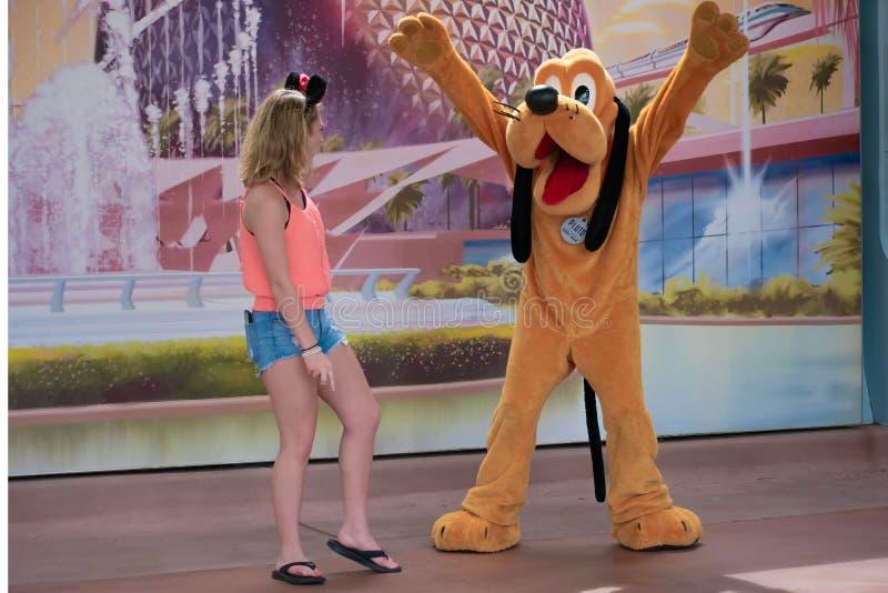 Pluto παιχνίδι με το κορίτσι σε Epcot στον κόσμο Walt Disney στοκ εικόνα
