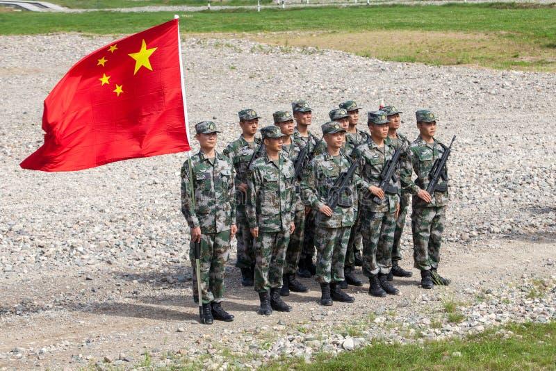 Pluton av kines tjäna som soldat med flaggan av republiken för ` s för kinesiskt folk royaltyfria bilder