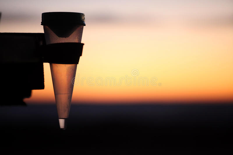 Pluviomètre au lever de soleil images libres de droits