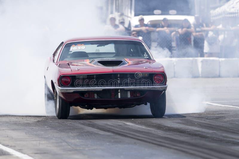 Plymouth cuda fazendo show de fumaça na pista de corrida na linha de partida fotos de stock