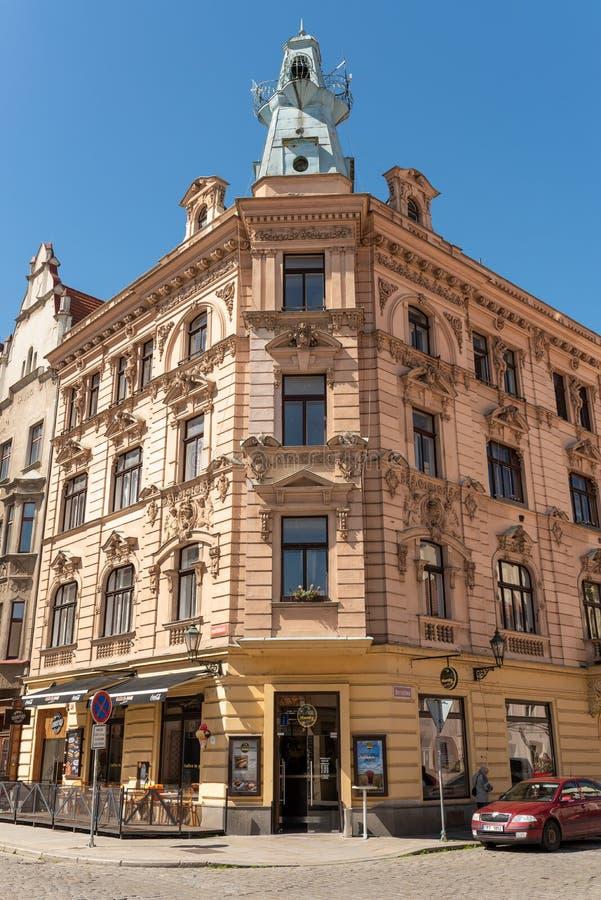 Plzen, República Checa, 13/05/2019 de construções residenciais históricas no quadrado da catedral de St Bartholomew imagem de stock