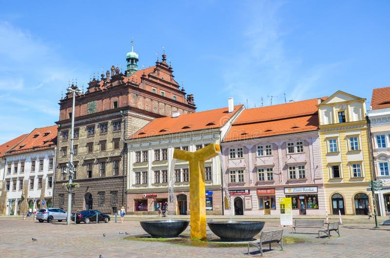 Plzen, República Checa - 25 de junio de 2019: Plaza principal en Pilsen, Checia con el Ayuntamiento de Rennaisance y edificios hi fotografía de archivo libre de regalías