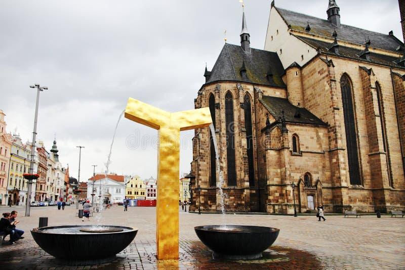PLZEN, REPUBBLICA CECA - 5 GIUGNO: La fontana dorata moderna sul quadrato della Repubblica immagini stock