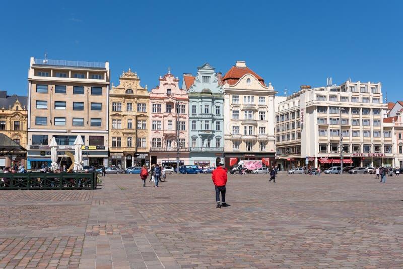Plzen, Tschechische Republik, 13/05/2019 historische Wohngebäude im Kathedralen-Quadrat von St Bartholomew stockfotografie