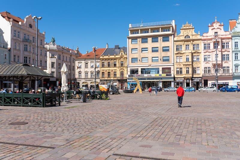 Plzen, Tschechische Republik, 13/05/2019 historische Wohngebäude im Kathedralen-Quadrat von St Bartholomew lizenzfreie stockbilder