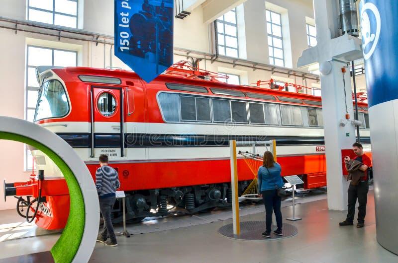 Plzen, Tsjechië - 28 okt. 2019: Binnententoonstellingen in het Techmania Science Center Oude locomotief van rode treinen als een  royalty-vrije stock foto's