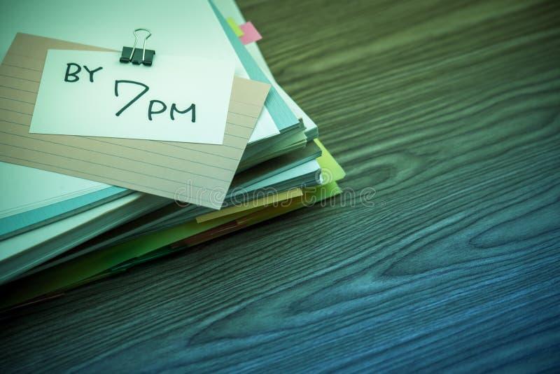 7 PM; Stos Biznesowi dokumenty na biurku zdjęcie stock