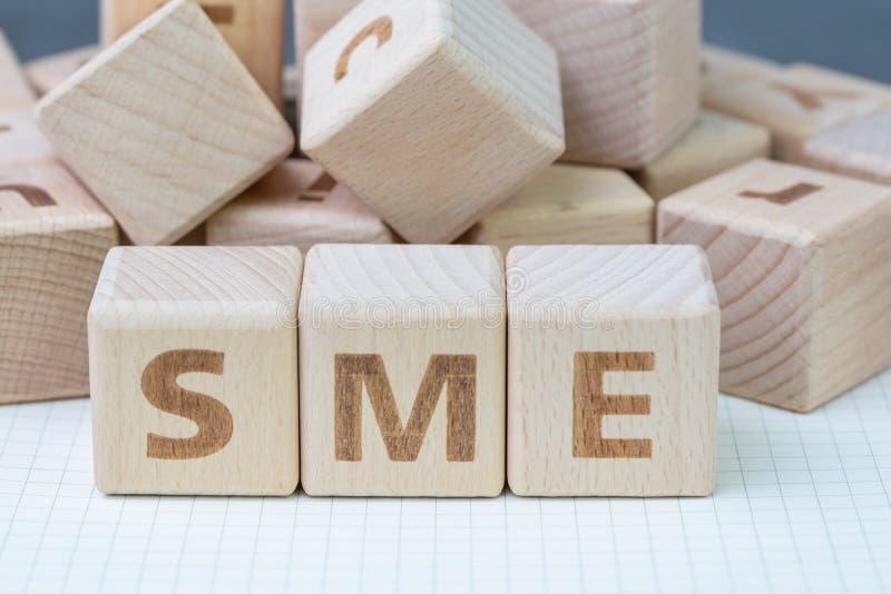 PME, pequeñas y medianas empresas concepto, blo de madera del cubo imagen de archivo