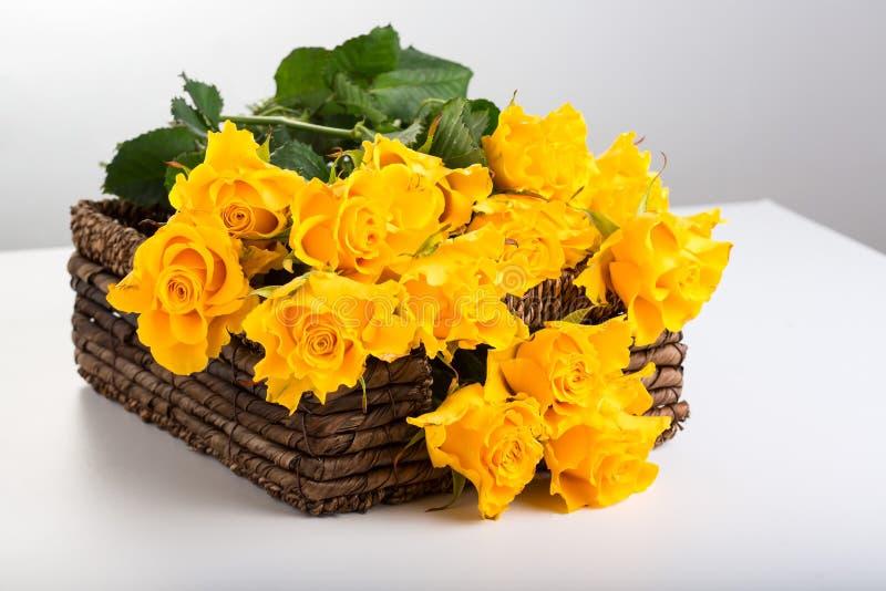 Pn-korg för gula rosor arkivbilder