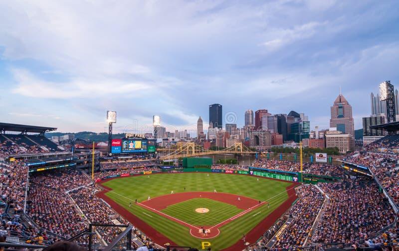 PNC-Park, Hauptfeld zu den Piraten, welche die Milwaukee Brewers auf einer Sommernacht spielen lizenzfreie stockfotos