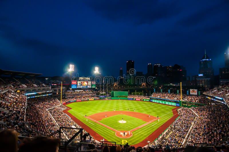 PNC-Park, huisgebied aan de Piraten die de Milwaukee Brewers op een de zomernacht spelen met het stadionlicht royalty-vrije stock afbeelding