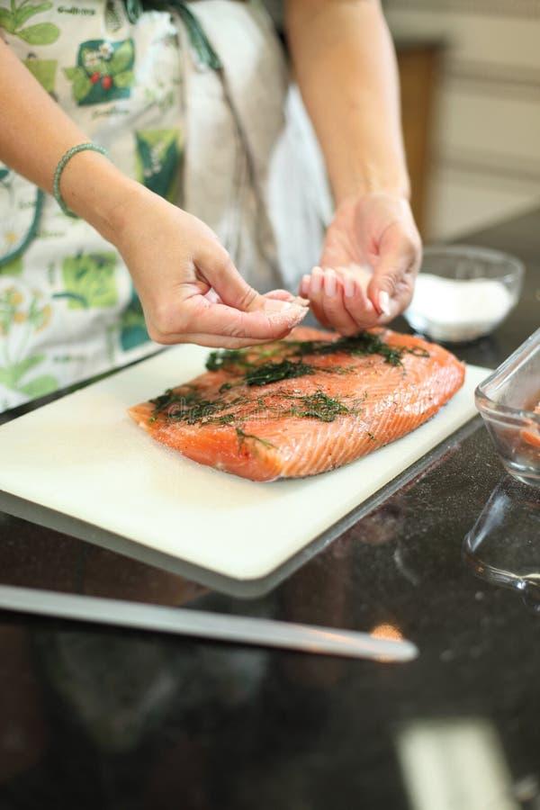 Pndo de conserva os peixes Salmon imagem de stock royalty free