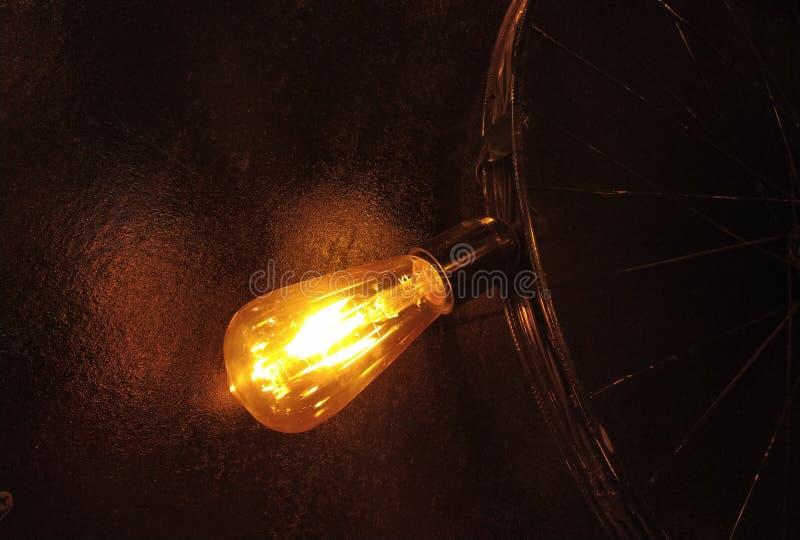 pneu bulbo de vidro claro amarelo e da luz e do ciclo focalizados do inclinação como um dispositivo elétrico fotos de stock