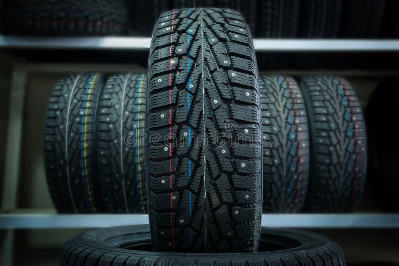 Pneu d'hiver sur le fond des supports avec des pneus photos libres de droits