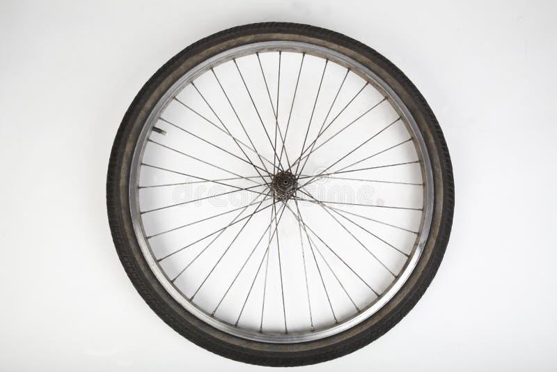 Pneu de bicyclette sur le blanc images libres de droits