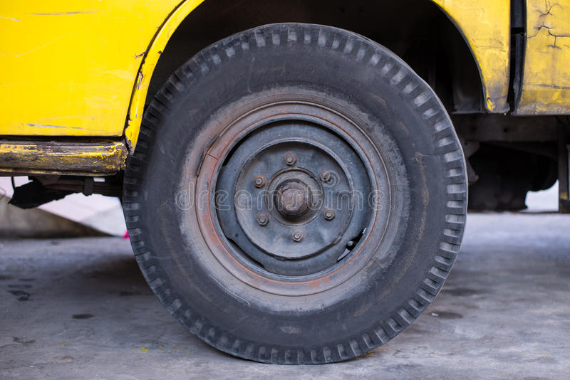 Pneu de carro sujo que tem sido usado por muito tempo É quase avariado e necessidade para ser manutenção fotos de stock