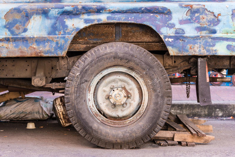 Pneu de carro sujo que tem sido usado por muito tempo É quase avariado e necessidade para ser manutenção foto de stock