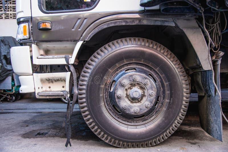 Pneu de carro sujo que tem sido usado por muito tempo É quase avariado e necessidade para ser manutenção imagens de stock