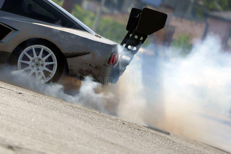 Pneu de fumo com deriva de automóveis fotos de stock