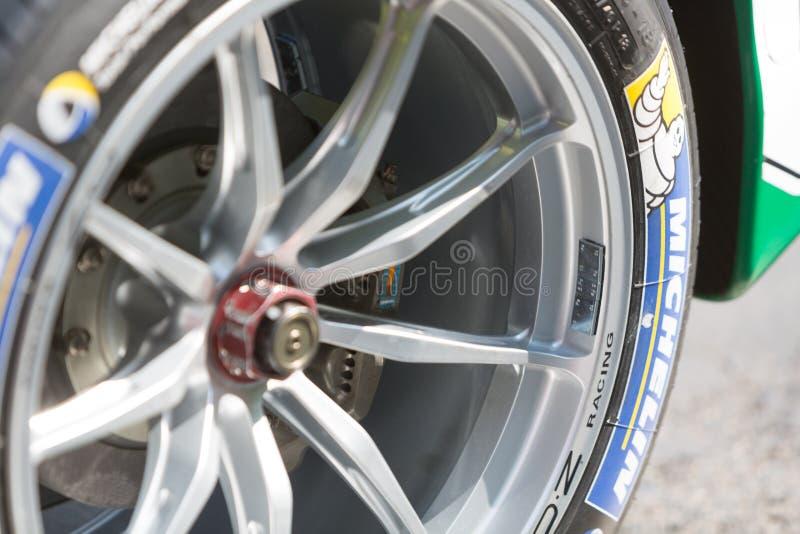 Pneu de Michelin na roda de carro de corridas imagens de stock
