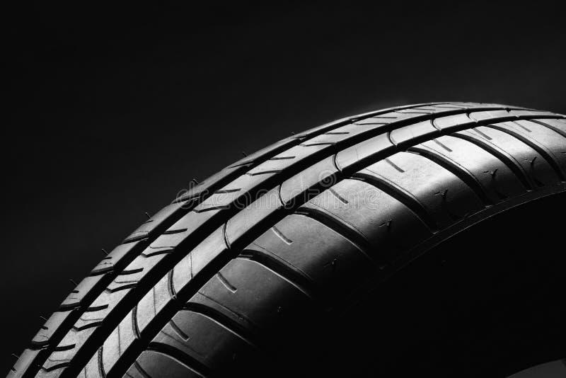 Pneu de voiture économe en combustible d'été sur le fond noir image libre de droits