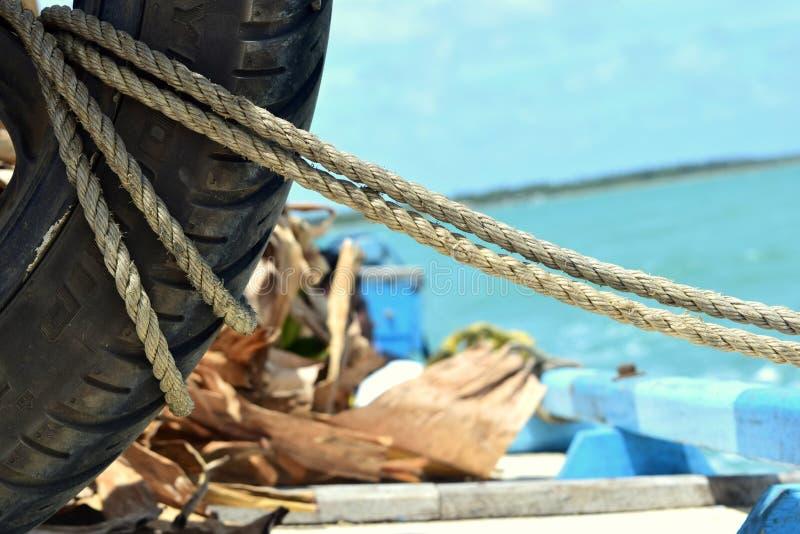 Pneu em um barco de mar fotos de stock royalty free