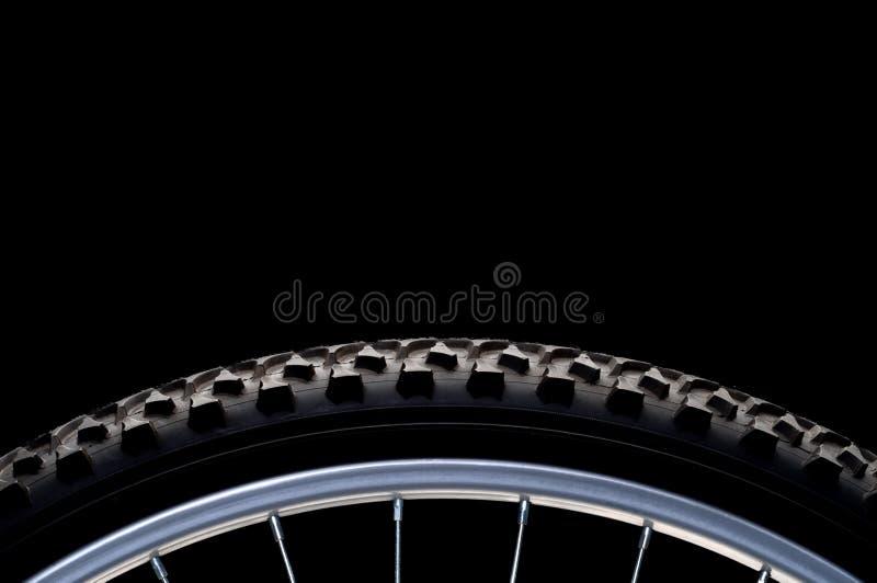 Pneu et RIM de vélo de montagne sur le noir photos stock
