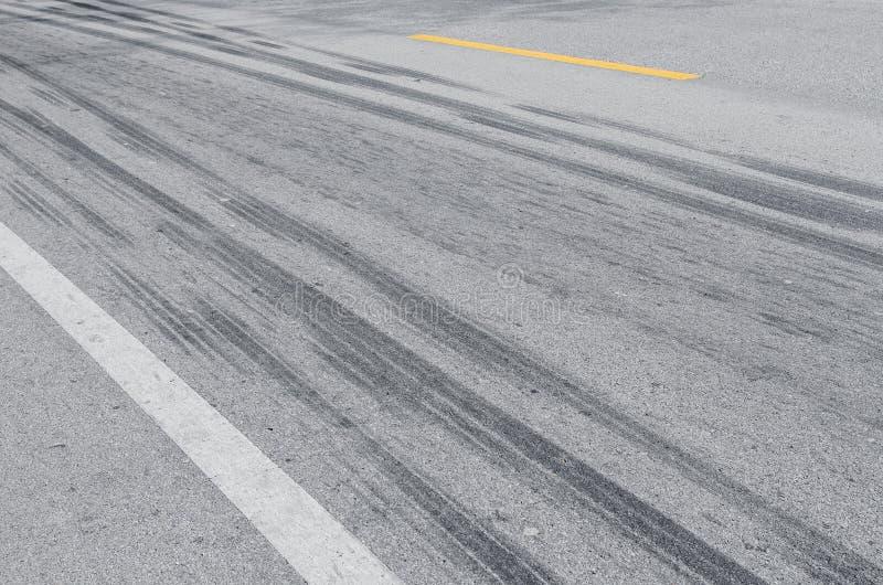 Pneumático da fuga na estrada fotografia de stock royalty free