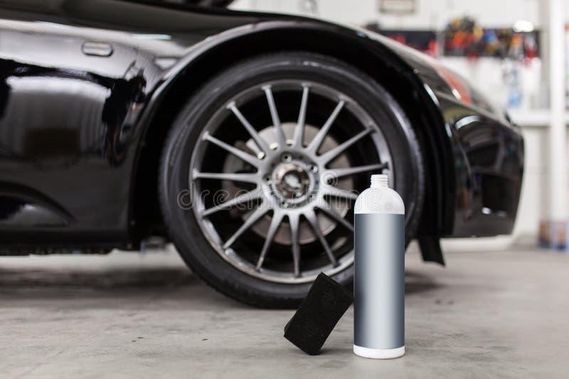 Pneumáticos de lavagem do carro do homem imagens de stock