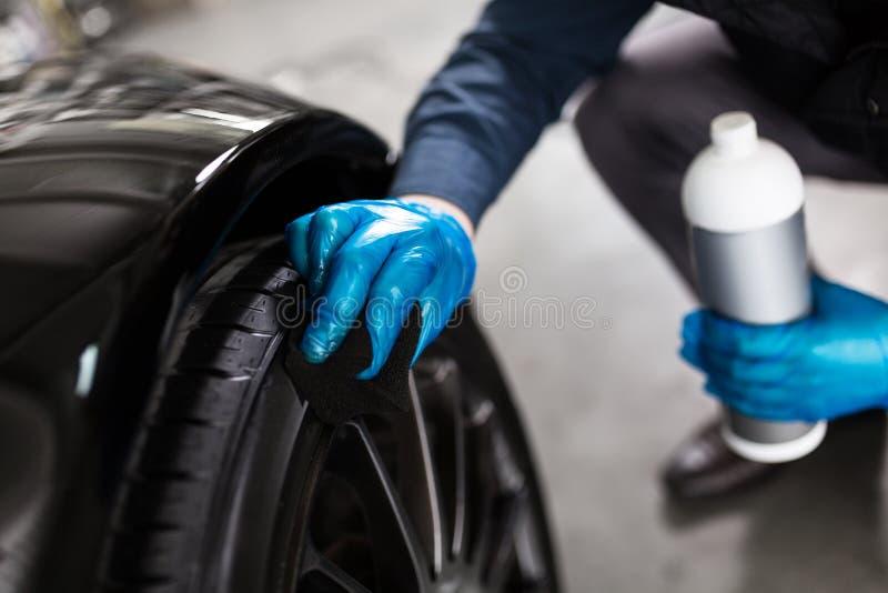 Pneumáticos de lavagem do carro do homem fotografia de stock