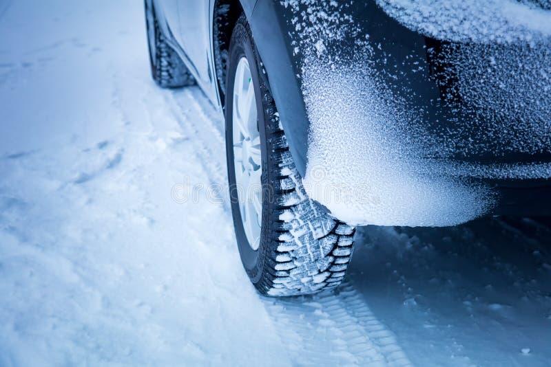 Pneumáticos do inverno do ` s do carro na temperatura fria extrema fotos de stock
