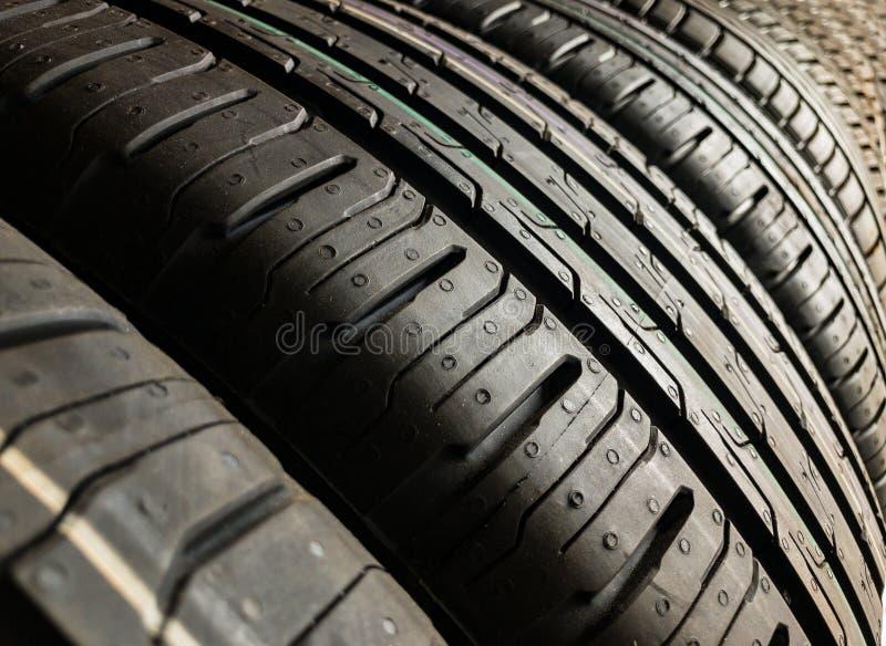 Pneum?ticos ou pneus brandnew do carro imagem de stock royalty free