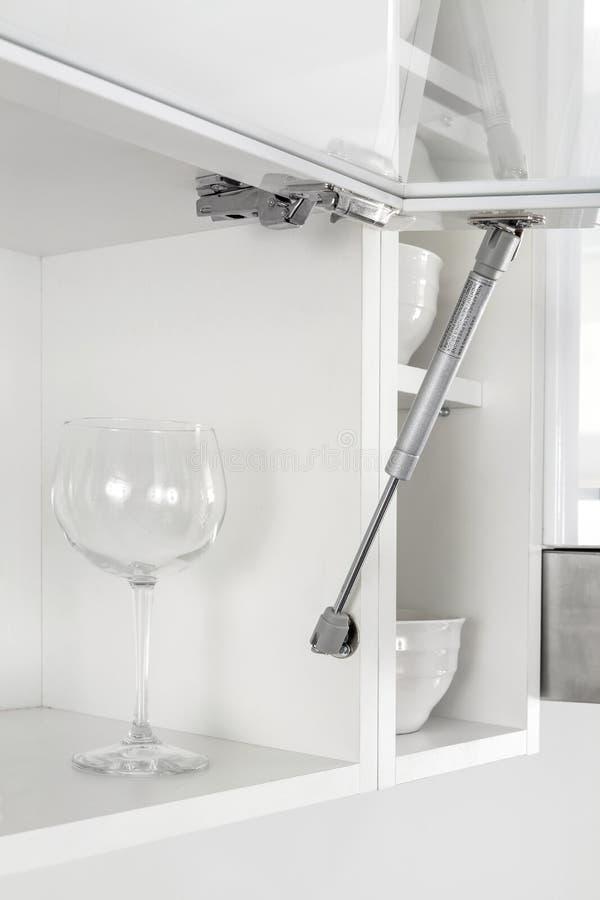 Pneumatische keukenvoordeur llft of de lente van de gassteun Hardware voor meubilair stock afbeeldingen