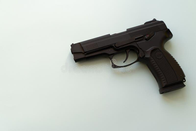Pneumatisk pistol som isoleras över vit bakgrund Handeldvapen för din säkerhet Vapenbegrepp Skjuta vapnet inomhus skydd från arkivbild