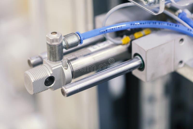 Pneumatisk pistongenhet på den industriella maskinen royaltyfria foton