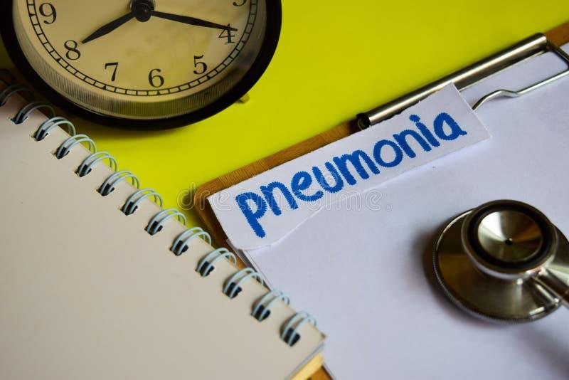 Pneumonie auf Gesundheitswesenkonzeptinspiration auf gelbem Hintergrund lizenzfreie stockbilder