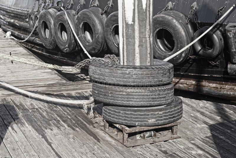 Pneus abundantes na barca fotos de stock
