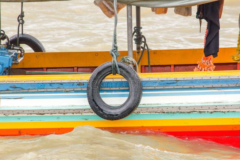 Pneus attachés au côté du bateau photo libre de droits