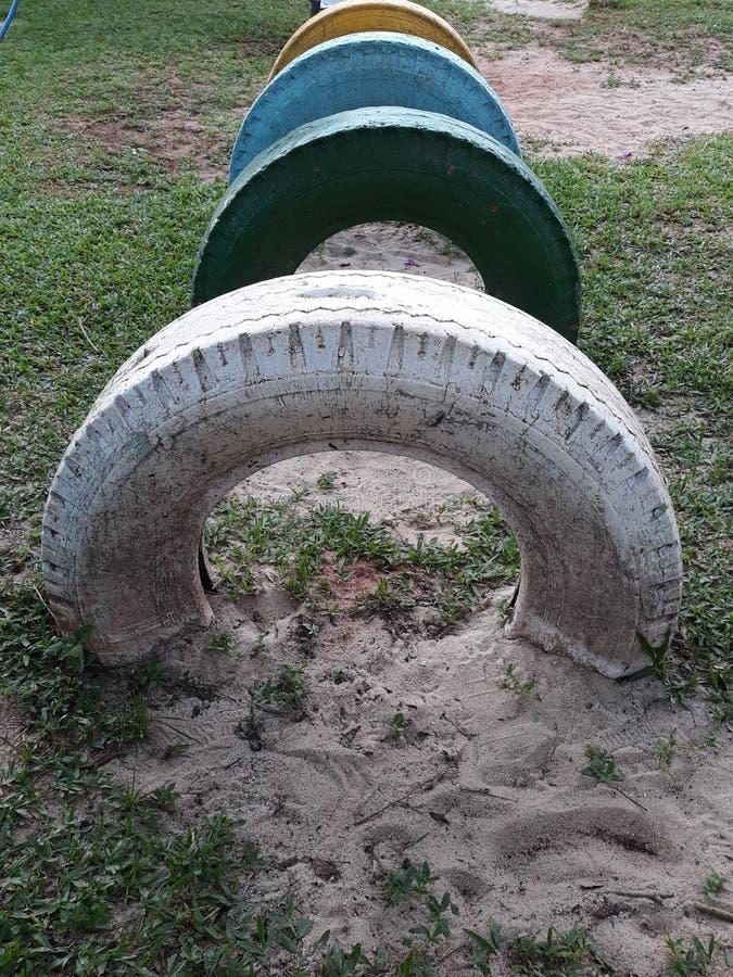 pneus colorés dans une rangée images libres de droits
