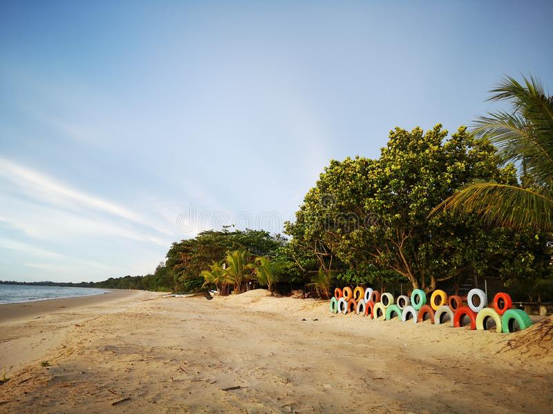 Pneus color?s utilis?s pour la d?coration de paysage sur la plage photographie stock libre de droits