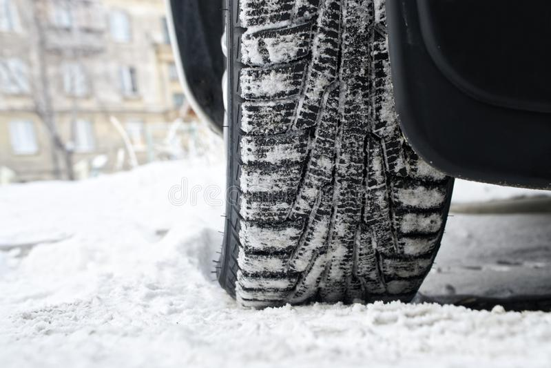 Pneus d'hiver de voiture de bande de roulement avec le liposystem Piloter sûr image stock