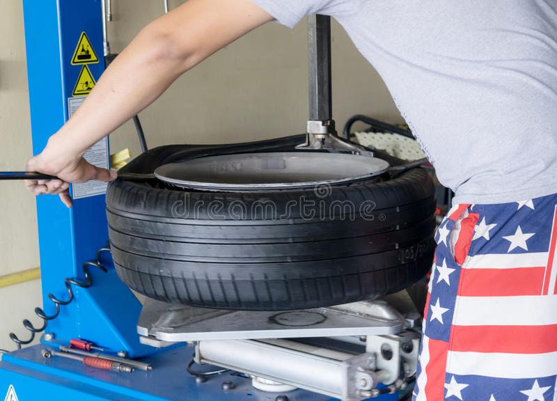 Pneus da mudança do pneu de carro fotografia de stock royalty free