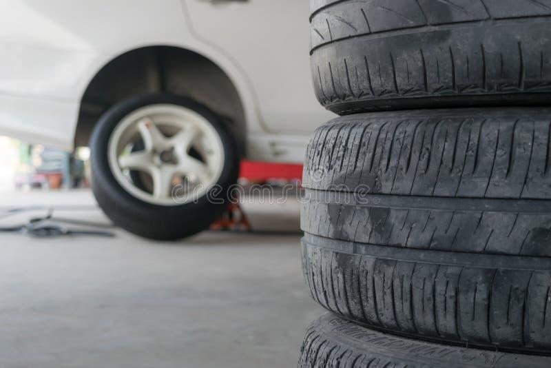 Pneus da mudança do pneu de carro imagens de stock